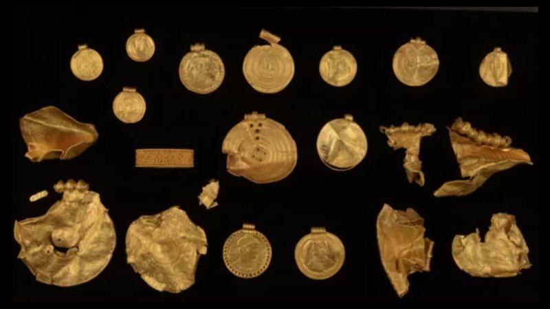 Fotografia de algumas das peças encontradas por Ole Ginnerup