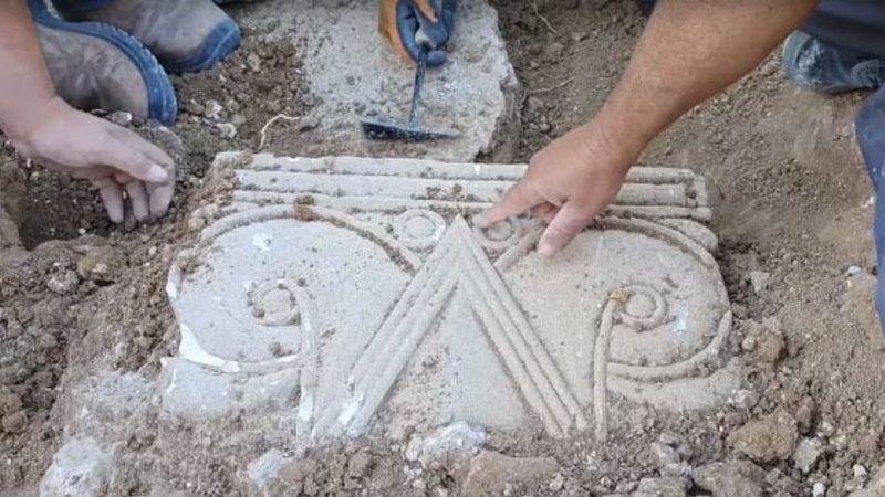 Pesquisadores analisam parte da estrutura na escavação