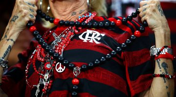 Torcedora do Flamengo com camiseta e amuletos - Getty Images