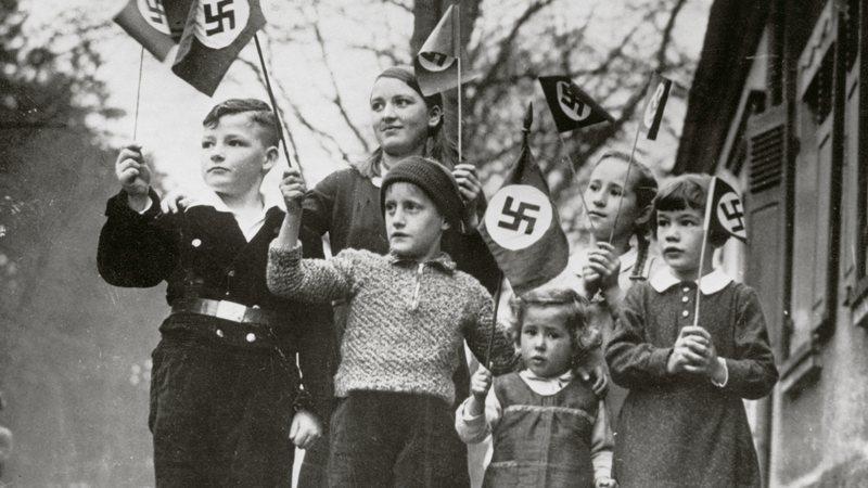 Crianças alemãs com bandeiras nazistas