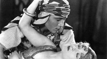 Rudolph Valentino e Agnes Ayres no filme The Sheik - Getty Images