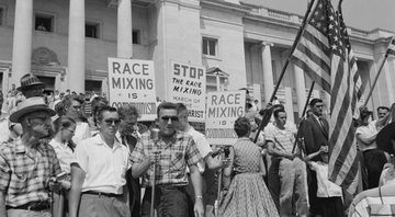 Manifestantes protestam contra a integração da Little Rock, a High School Central do Arkansas, em 1959 - Wikimedia Commons