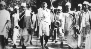 Gandhi durante a Marcha do Sal - Wikimedia Commons
