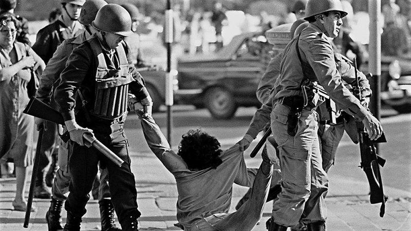 Policiais agredindo um civil