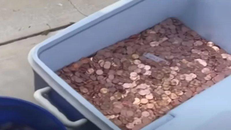 Fotografia das 80 mil moedas jogadas pelo homem