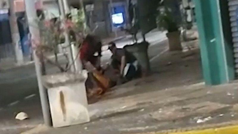 Imagem do ciclista sendo socorrido após o episódio