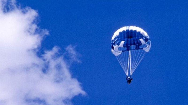 Aventuras na História · Após falhas no equipamento, garota morre na primeira vez em que decide saltar de paraquedas