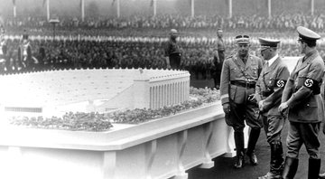 Hitler e o arquiteto Albert Speer analisando o modelo do enorme estádio - Getty Images