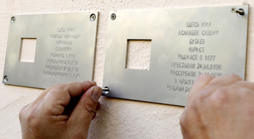 Placas marcam os prédios onde viveram as vítimas de Stalin - Getty Images