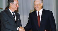 George Bush e Boris Yeltsin se cumprimentam, em 1993 - Getty Images