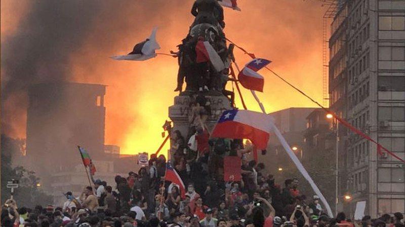 Aniversário de um ano do começo das manifestações no Chile é marcado por protestos e vandalismo