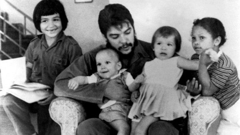 Che Guevara com filhos do segundo casamento.