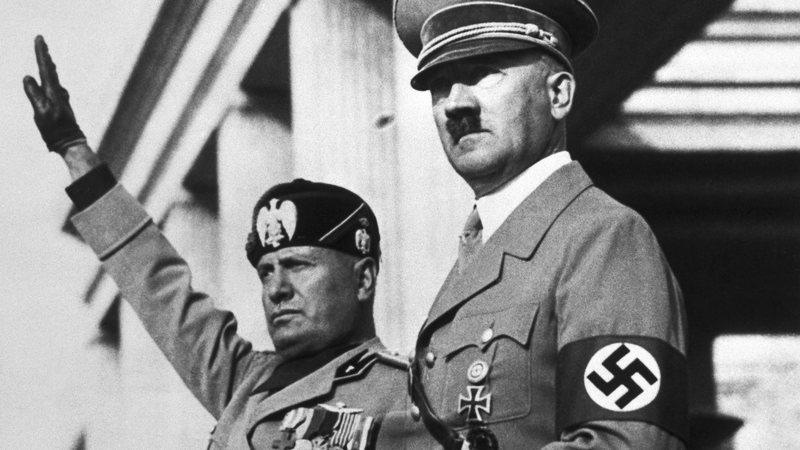 Os líderes Benito Mussolini e Adolf Hitler
