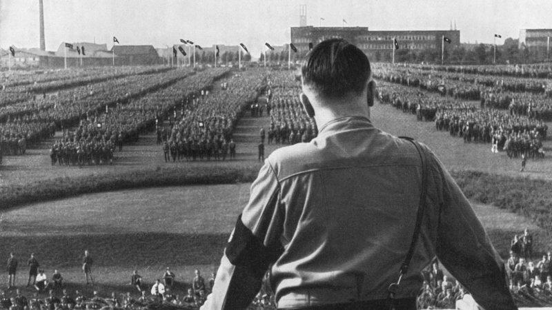 Adolf Hitler de costas, olhando para o exército da SS