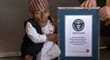 Chandra Bahadur Dangi com sua placa do Guinness World Record - Wikimedia Commons