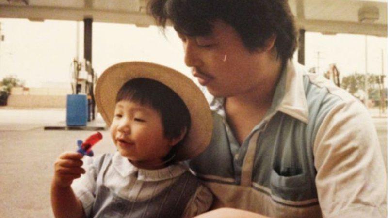 Fotografia de Diana ainda pequena no colo do pai