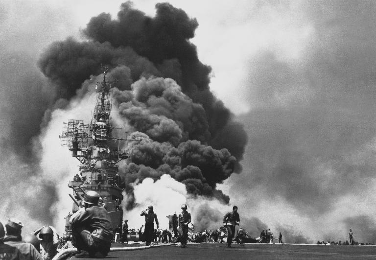 USS Bunker Hill, que foi atingido por dois kamikazes em 11 de maio de 1945, causando 346 mortes | <i>Crédito: Wikimedia Commons