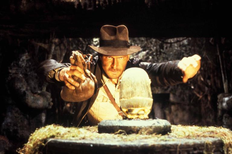 O fictício Indiana Jones levando embora uma peça de uma ruína arqueológica. Na vida real, é crime.