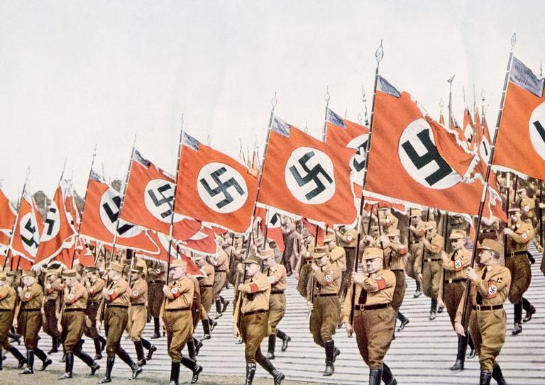 Desfile dos nazistas triunfantes. Como Hitler dominou um país inteiro?