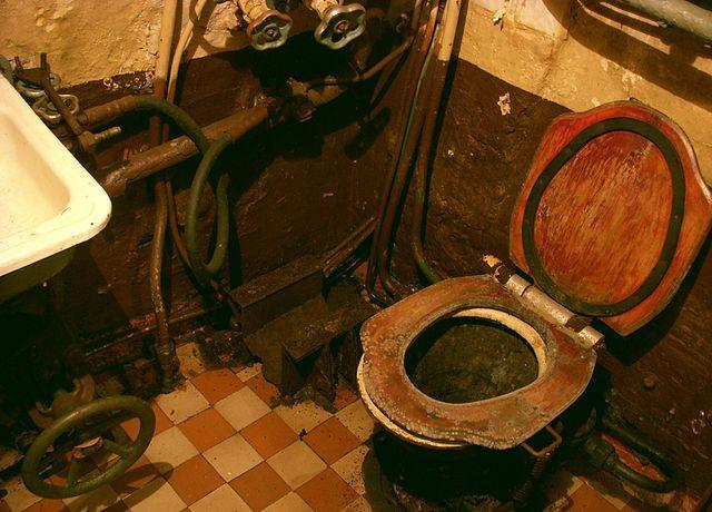 Banheiro de um U-Boat Tipo VII, como o 1206 | <i>Crédito: Wikimedia Commons