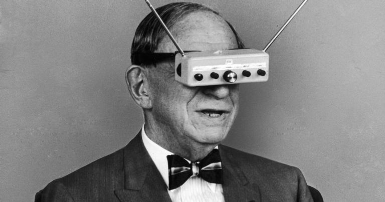 O autor de ficção científica Hugo Gernsback mostrando a realidade virtual em 1963; na época, foi vista como uma coisa engraçadinha | <i>Crédito: Life