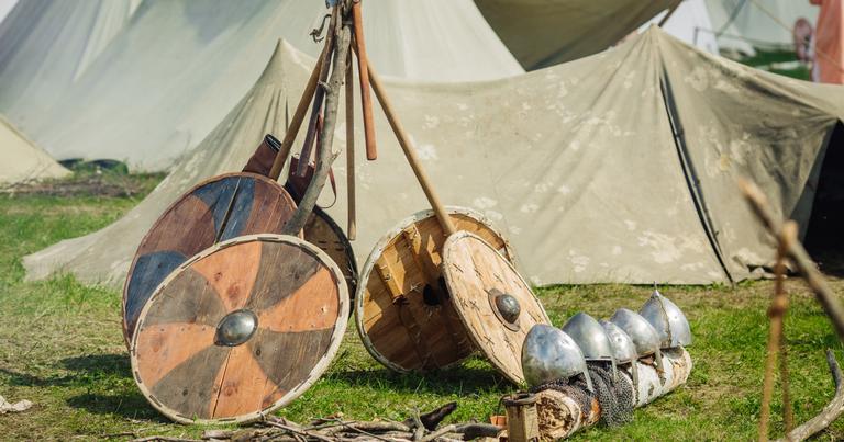 Acampamento viking em reencenação moderna