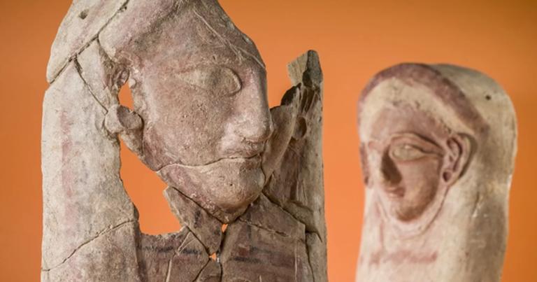 As duas esculturas que foram encontradas em um lixão