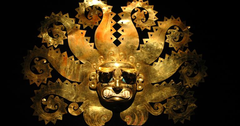 Antiga máscara peruana feita de ouro