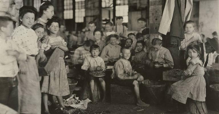 Crianças numa fábrica do começo do século 20