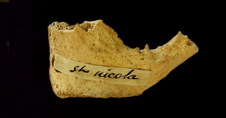 O osso marcado com o nome do santo