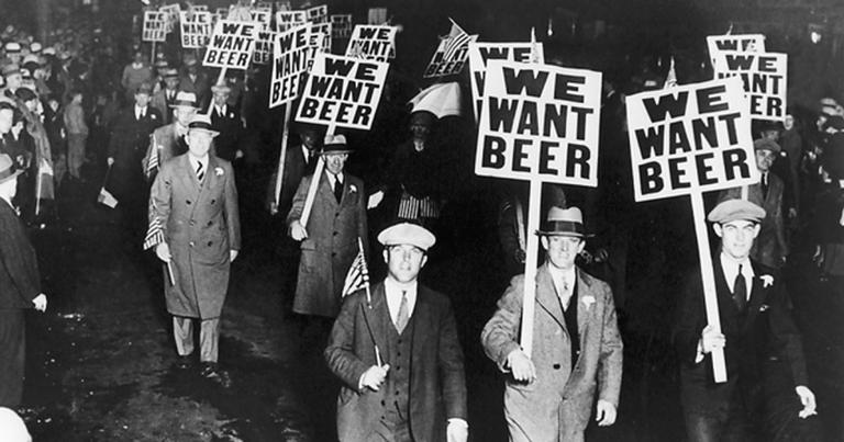 Manifestantes com cartazes dizendo 'Nós queremos cerveja'