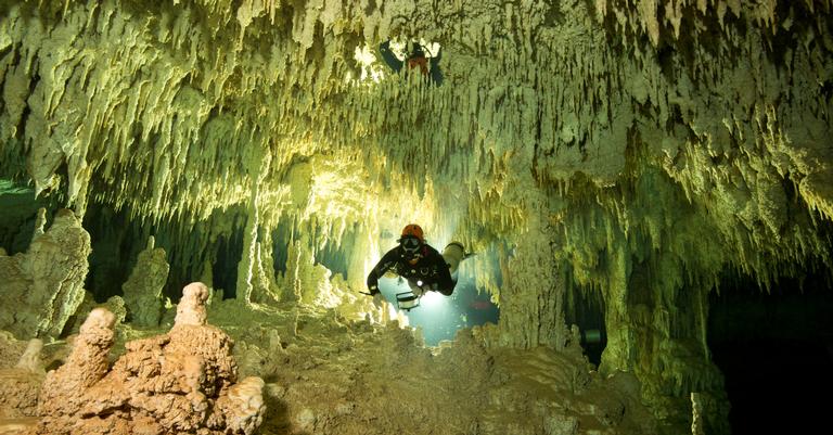 Mergulhadores em Sac Actum, Yucatán