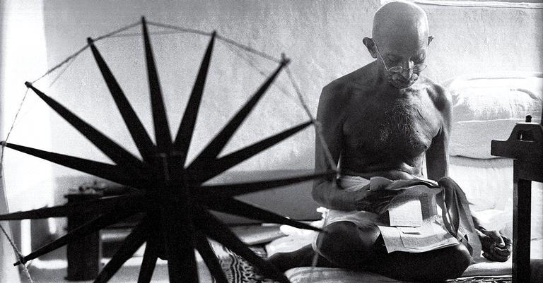 Famosa imagem de Gandhi tecendo suas próprias roupas