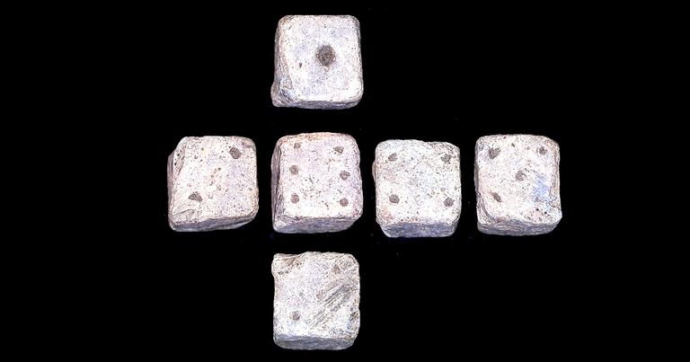 Dados romanos encontrados em Leicestershire, na Inglaterra