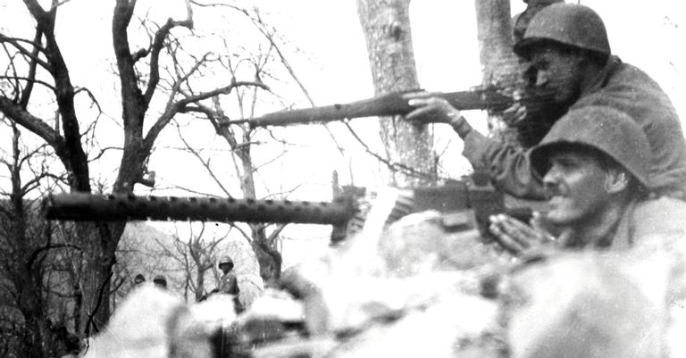 Soldados da FEB atirando contra alemães em Monte Castelo