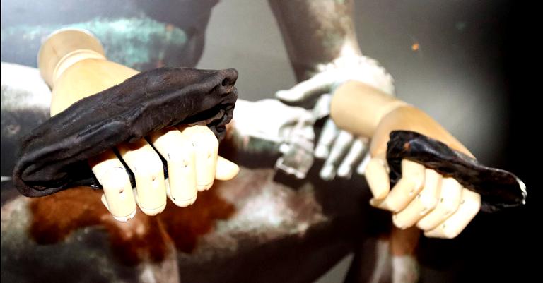 As luvas encontradas montadas nas mãos de um manequim