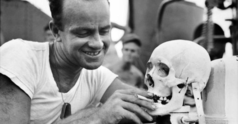 Soldado dos EUA brincando com o crânio japonês. É possível ver que ele foi limpo através de cozimento.