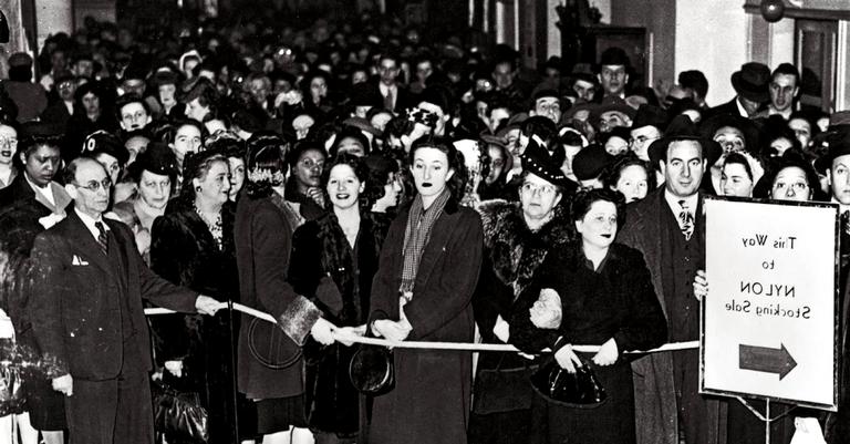 Mulheres formavam filas enormes para adquirir os últimos pares de meias-calças