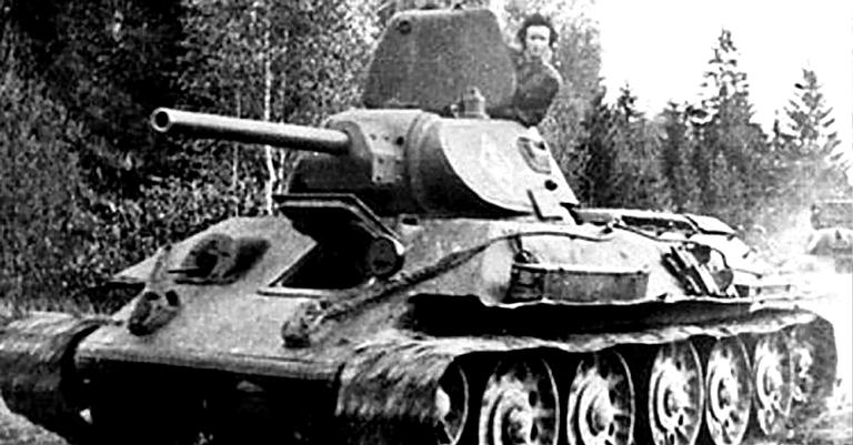 Mariya posando no T-34 | <i>Crédito: Domínio Público
