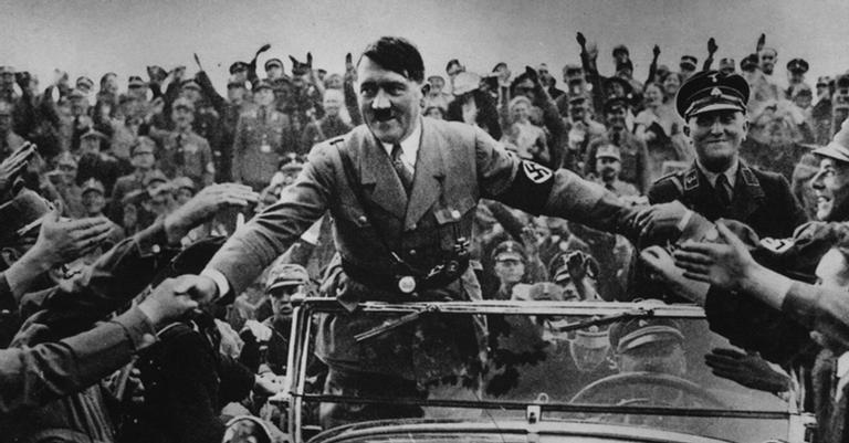 O ditador saudado pela multidão: interesse próprio