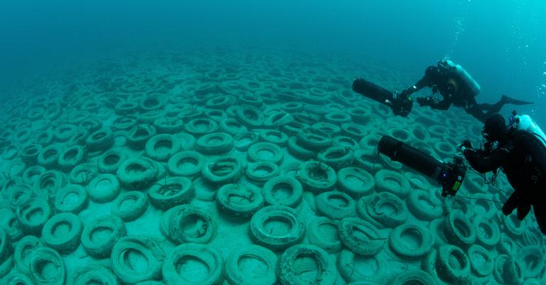 Cerca de 500.000 pneus permanecem no fundo do oceano