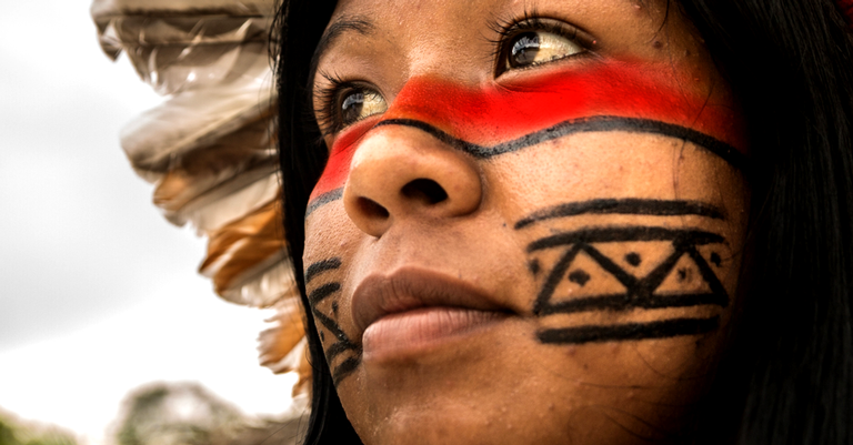 Nativa-brasileira de etnia tupi-guarani, uma das muitas a habitar a Amazônia