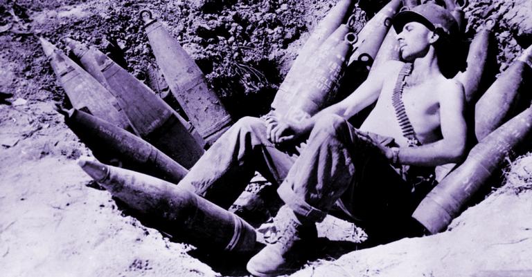 Soldado dormindo na Segunda Guerra, quando não acontecia absolutamente nada na Guerra dos 335 anos