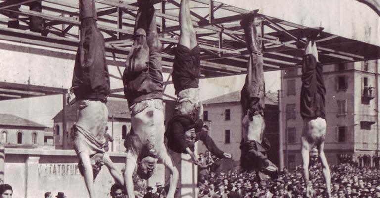 Corpos de Mussolini e Clara foram expostos ao público e perdurados de cabeça para baixo
