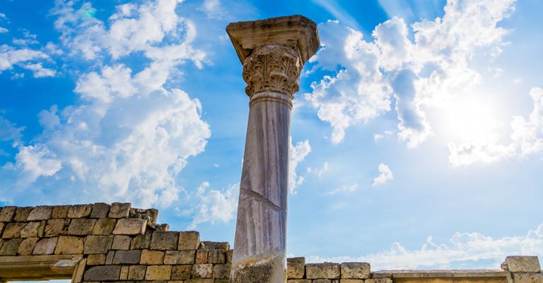 Coluna grega em ruínas