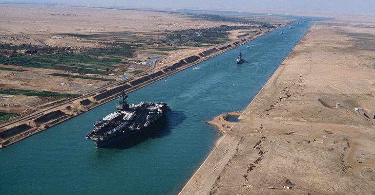 Porta-avião norte-americano cruzando o Canal de Suez, em 1981