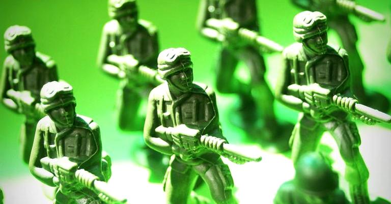 Os soldadinhos de plástico têm mais cérebro que quem começou estas guerras