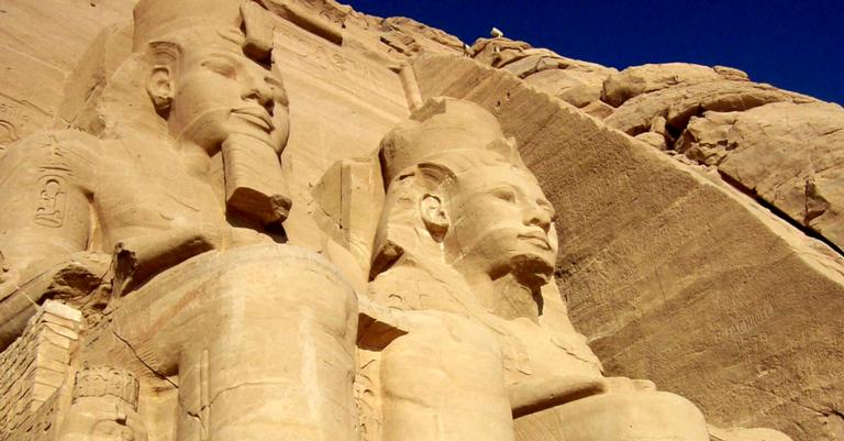 Estátuas na entrada do Templo de Ramsés II, Abu Simbel