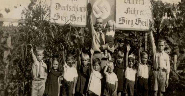 Crianças fazem a saudação nazista em Presidente Bernardes, São Paulo