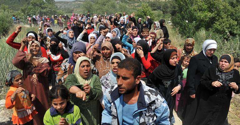 Refugiados Sírios protestam na fronteira da Tunísia com a Turquia, em 2011